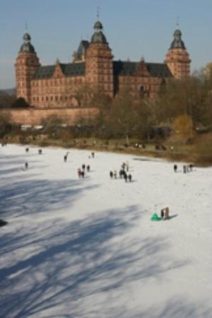 Schloss Johannisburg mit Schlossanlagen: Schloss Johannisburg im Winter