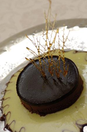 tortino di cioccolato fondente su crema alla vaniglia