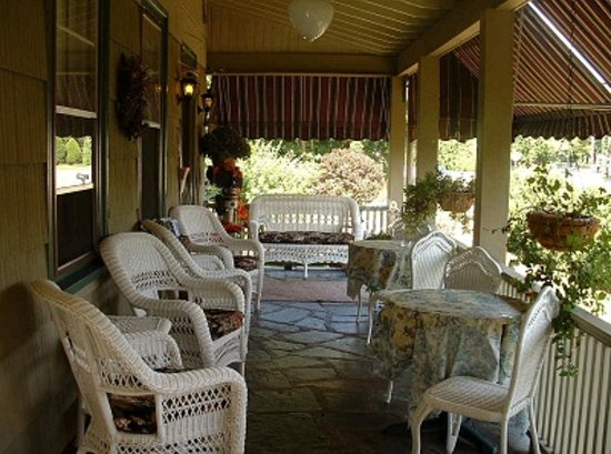 ‪‪Westbrook Inn Bed and Breakfast‬: Relax on the Inns' Wraparound Front Porch!‬