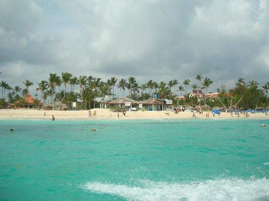 Luxury Bahia Principe Esmeralda Don Pablo Collection: Beach view while para sailing.
