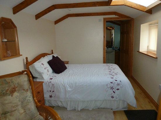 Sunnyvale Bed & Breakfast: double bedroom through to en-suite