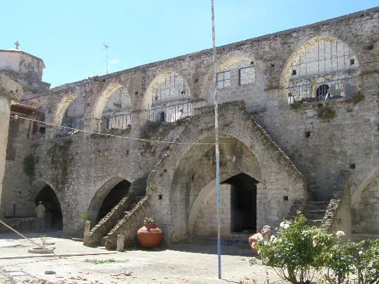 Moni Vronta: The inside yard