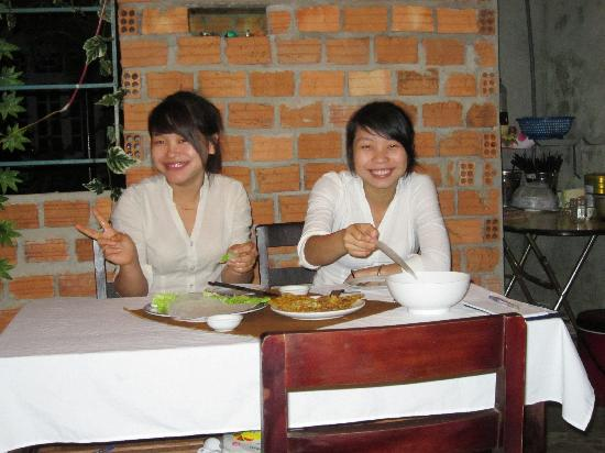 Vina Ngon Restaurant: Lovely waitresses at Vina Ngon