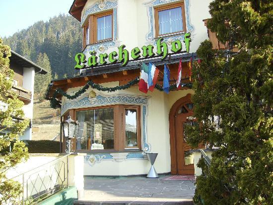 Ferienanlage Hotel Garni Larchenhof: Lärchenhof Eingang zum Hotel