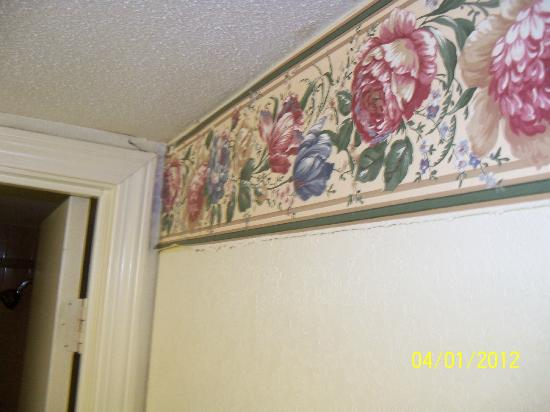 Capt. John Smith Inn: Wall paper drooping