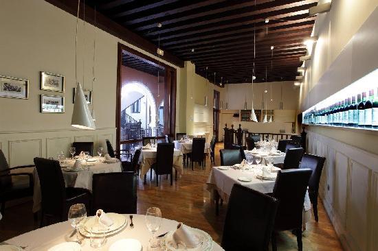 Comedor restaurante - Picture of Santi - El Caballo de Troya ...