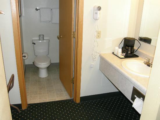 Chena Hot Springs Resort: Bathroom and Vanity