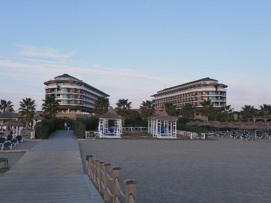 Voyage Belek Golf & Spa: Haupthaus vom Strand aus