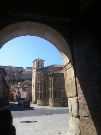Apartamentos Turisticos de los Reyes: puerta de la Bisagra a 200m