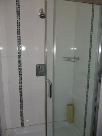 Mullingar, Ιρλανδία: Bathroom of first bedroom