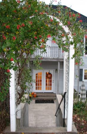The Hill House Bed & Breakfast: Arch Entryway