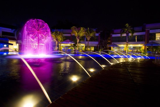 Los Tajibos Hotel & Convention Center: Piscina noche / Swimming pool at night