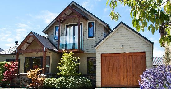 Wanaka Luxury Apartments : Outside apartment