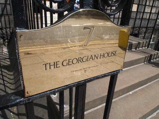 Georgian House: 入り口ゲートのプレート