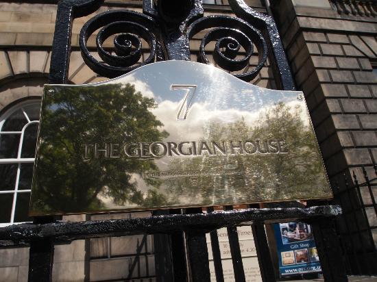 Georgian House: 入り口ゲートプレート2