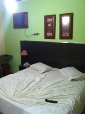Asturias Praia Hotel: Cama de casal com ar condicionado de parede