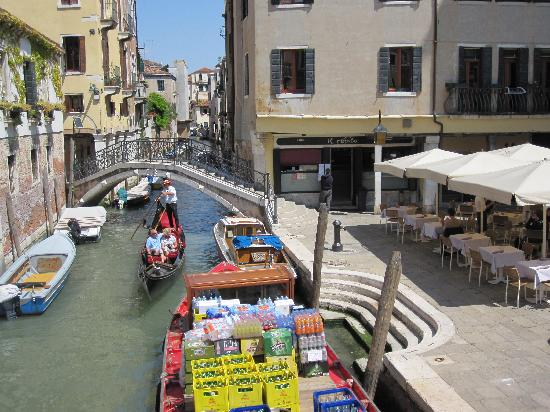 Il Refolo's tables next to a working canal