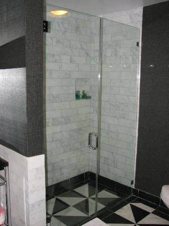 Chamberlain West Hollywood: Nice shower.