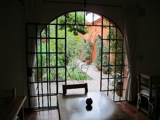 Finca Adalgisa Wine Hotel, Vineyard & Winery: Courtyard from breakfast room