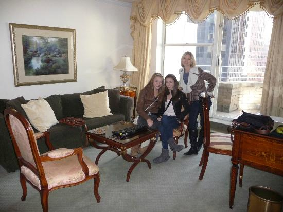 The Kimberly Hotel : Spacious living room with a queen sleeper and dining table