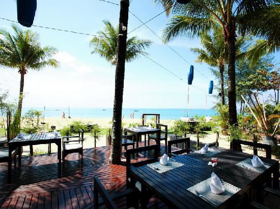 Ramada Khao Lak Resort: Sassi's Beacj Club terrace right next to the beach