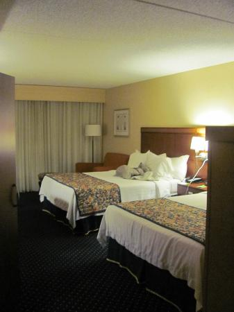 Courtyard Cincinnati North at Union Centre: Large room w/ two queens
