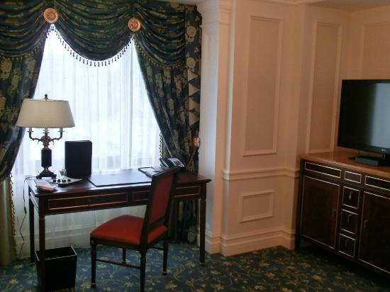 Fairmont Grand Hotel Kyiv: Living area and with working desk