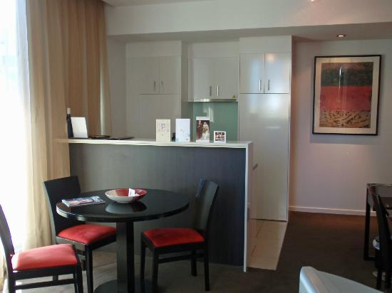 Adina Apartment Hotel Melbourne Northbank: Living area 1 bedroom suite