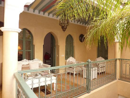 Riad Kerdouss: Salon convivial devant une chambre