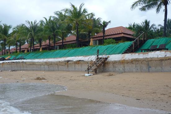 Chongfah Beach Resort: Sicht vom Strand bei Ebbe