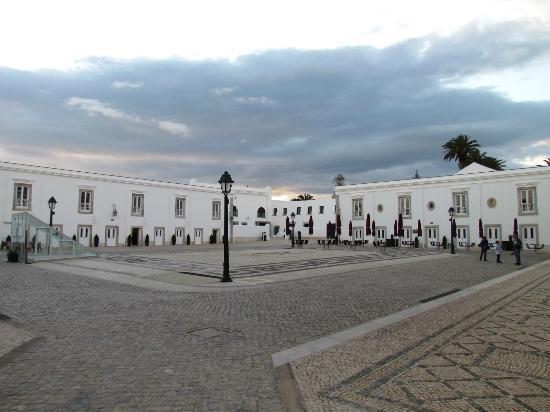 Pestana Cidadela Cascais: Piazza interna della Cittadella ed esterno Hotel