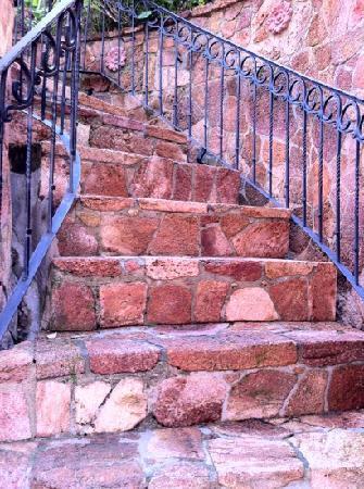 Le Pavillon de l'Emyrne: steile Eingangstreppe von der Straße