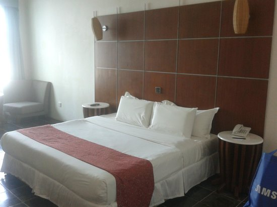 Century Helang Hotel: king bed