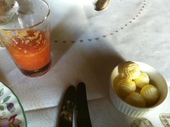 The Victorian Bed and Breakfast: Freshly squeezed juice and butter balls