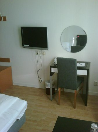 Euroway Hotel: In-room TV and desk