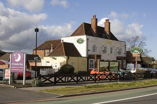 Premier Inn Birmingham (Great Barr/M6 J7) Hotel: a view of the Harvester Restaurant adjacent to the Premier Inn