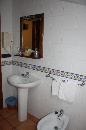 Hotel Pazos Alba: il bagno spartano, ma spazioso e pulitissimo
