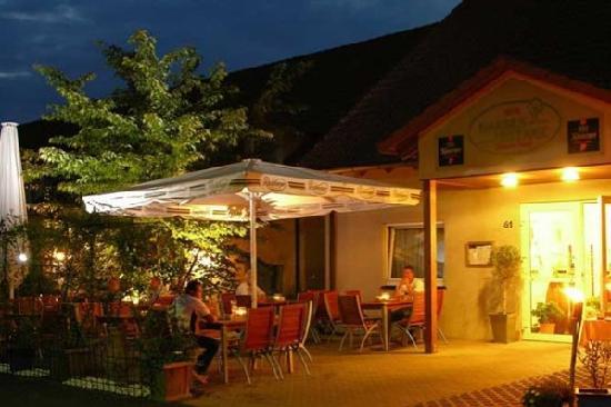 A'ppart Hotel Garden Cottage: Hotelfassade mit Biergarten
