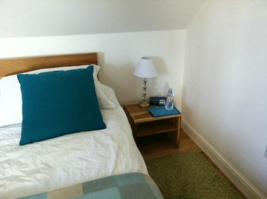 Sylvan Cottage: Large double bed ,with bottled water replenished every day
