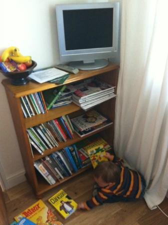 Sylvan Cottage: Kids books in room,plud lcd tv with dvd player