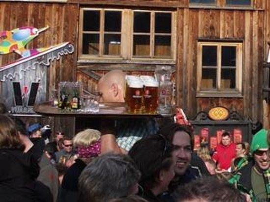Mooserwirt - wahrscheinlich die schlechteste Skihutte am Arlberg: Legendary Mooserwirt bar staff in action