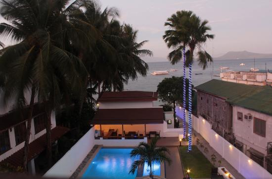 The Verandah Restaurant: View looking towards beach from restaurant
