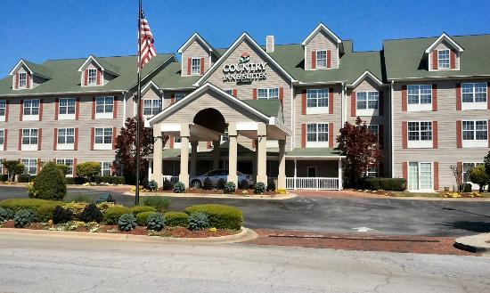 Country Inn & Suites by Radisson, Atlanta Airport North, GA : Front view with good parking