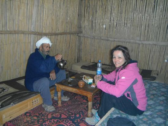 Auberge La Source: El padre de Hassan y su familia, un nomada sedentarizado compartiendo su vida y costumbres.