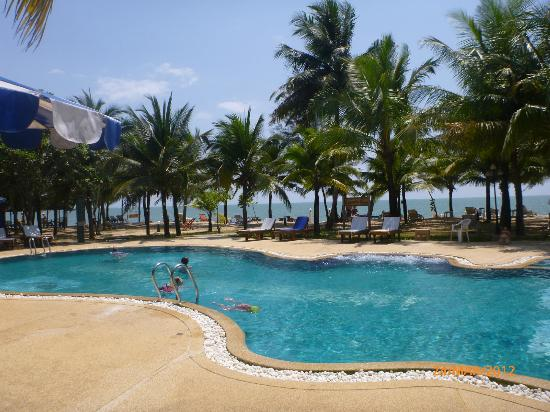 Koh Kho Khao Resort: Pool #2, our favourite, and closest to the ocean.