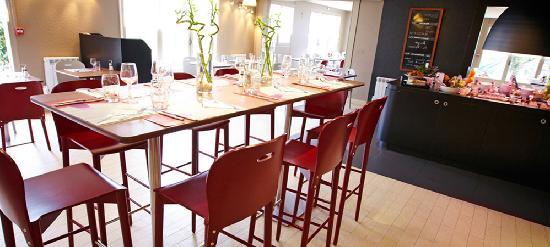 Campanile Pau: Restaurant rénové, lignes épurées, mobilier confortable et éclairage chaleureux.