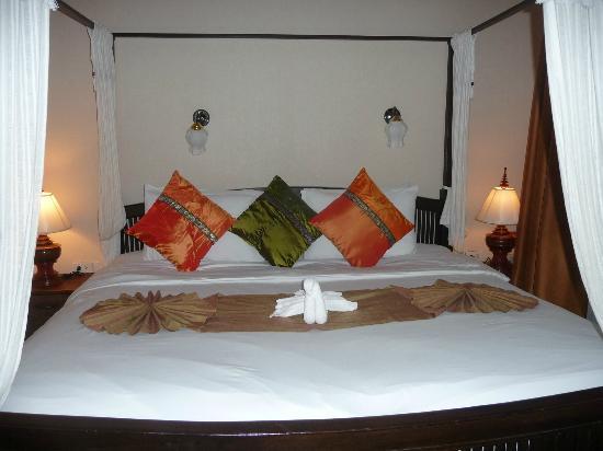 Royal Phawadee Village : Bedroom on arrival