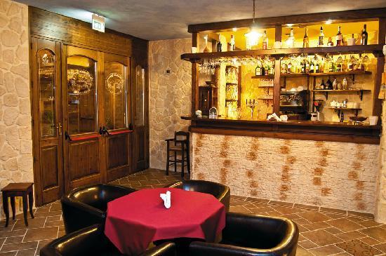 Ristorante la via delle taverne atripalda ristorante for Foto di taverne arredate