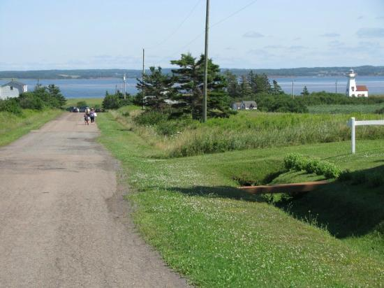 French River, Canada: walk to beach