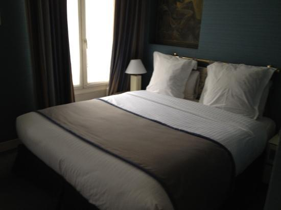Hotel Elysa Luxembourg: comfortable bed in a powder blue room